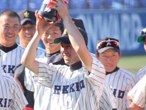 2010年春季新人戦、優勝カップを掲げる北村